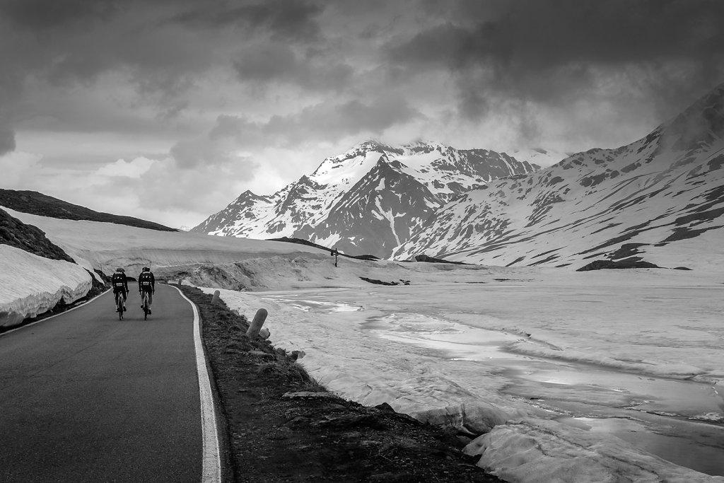 asoggetti-couple-cyclists-gavia-pass.jpg